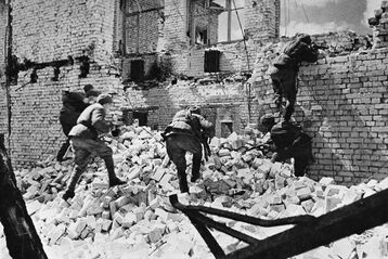 Soviet troops entering a ruined building, Stalingrad 1942
