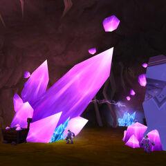 Рудокопы добывают минералы в Кристальном зале.