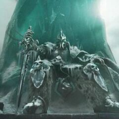 Nowy Król Lisz siedzący na szczycie strzaskanego Zamarzniętego Tronu