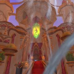 Взгляд на Дворец Ярости Солнца через фонтан на площади