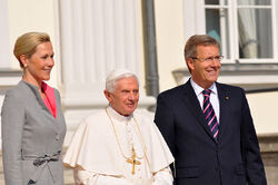 800px-Besuch S H Papst Benedikt XVI in Berlin 22 09 2011