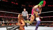 Asuka kick behind Emma