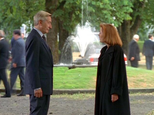 File:Well-Manicured Man talks with Dana Scully.jpg