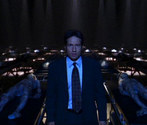 File:Fox Mulder with roomful of aliens.jpg
