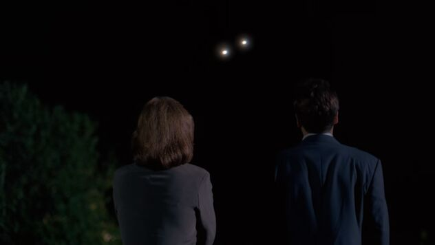File:Fox Mulder and Dana Scully watch two lights.jpg