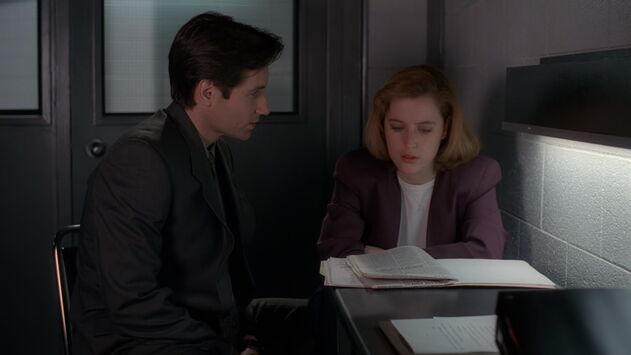 File:Fox Mulder shows Dana Scully fake newspaper.jpg