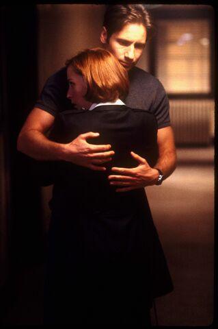 File:Mulder Scully Embrace Fight the Future.jpg