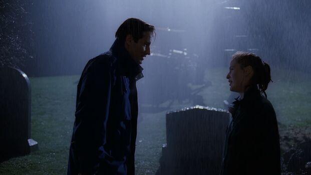 File:Fox Mulder and Dana Scully stand in rain.jpg
