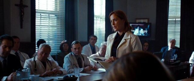File:Dana Scully talks to On Screen Doctor.jpg