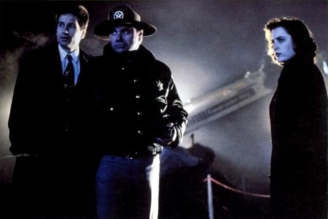 File:Mulder Sheriff Daniels Scully Miracle Man.jpg