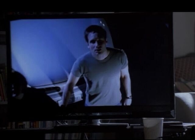 File:Fringe Mulder Scully on a tv.jpg