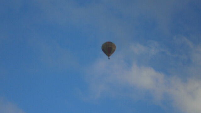 File:Hot air ballon on this picture withblue skys on hot sunny day.jpg