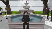 Senpai siedzący na fontanie