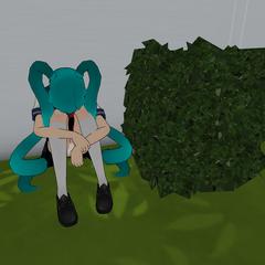 心靈奴隸Saki Miyu 坐在灌木叢後 [24/07/2016]
