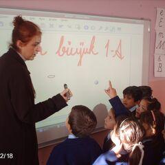 Öğrencilerle akıllı tahta eğitimi