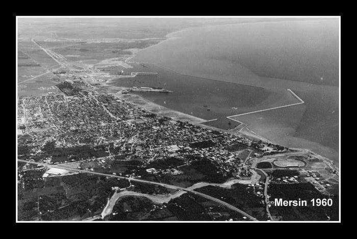 Mersin 1960 hava fotoğrafı Mersin Limanı yeni yapılmış ve müftü deresi ve köprüsü havadan stadyuma yakın olan köprü müftü köprüsü
