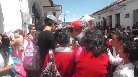 ENTREGANDO ROSAS EN EL SAN AGUSTIN