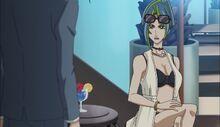 Reina presionando a Akira