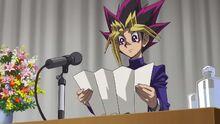 Yugi dando un discurso