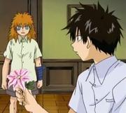 Kory con miedo al mirar la flor de Baltro