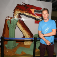 480px-Benedict-cumberbatch-lego-dragon-smaug-sdcc-2014-wb-booth-530x529